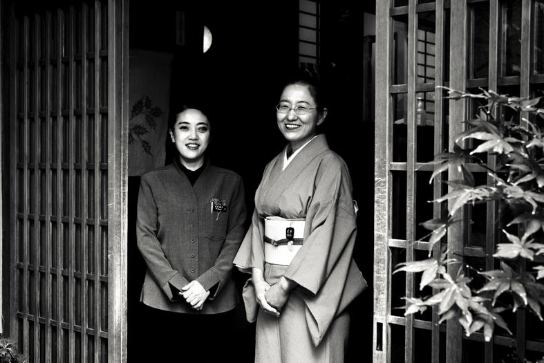 Hiiragiya Bekkan - Women at Entrance | George Nobechi
