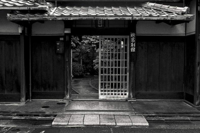 Hiiragiya Bekkan - Front Gate and Street | George Nobechi